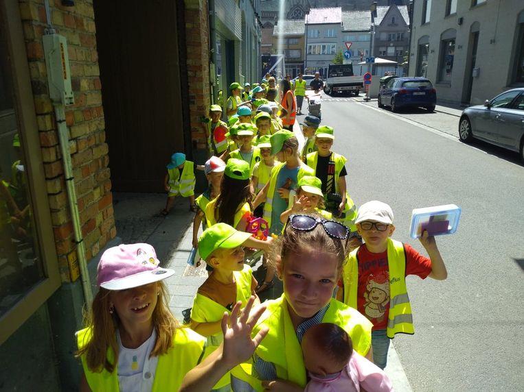 De kinderen en begeleidsters van IBO Hopsakee trokken in stoet naar hun nieuwe locatie in de Veurnestraat.