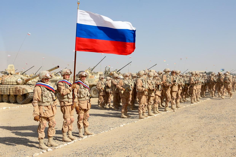 Russische troepen op oefening vorige week in Tadzjikistan, op 20 kilometer van de grens met Afghanistan. Ook Oezbekistan en Tadzjikistan namen deel aan deze militaire oefening.  Beeld AP