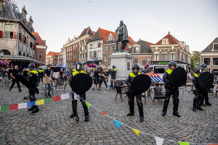 Politie bij het standbeeld van Jan Pieterszoon Coen  in Hoorn.