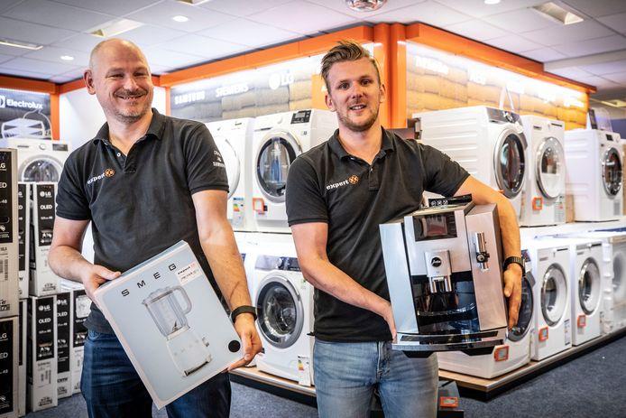 Frank Steghuis (links) en Rick Schuler,  eigenaren van elektronicazaak Expert, openen binnenkort ook een filiaal in Enschede.