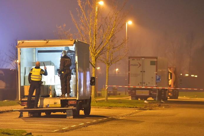 Politie doet onderzoek in het busje langs de A16 bij Zevenbergschen Hoek.
