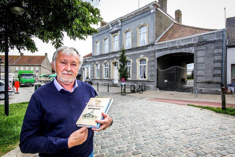 Oud-burgemeester van Alveringem Marc Wackenier met zijn boek 'Een eeuw in den drank. 1840-1940'.