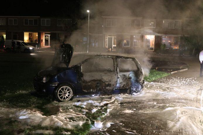 Een van de uitgebrande auto's op Urk.