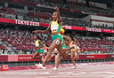 Elaine Thompson-Herah viert haar overwinning op de 100 meter sprint.
