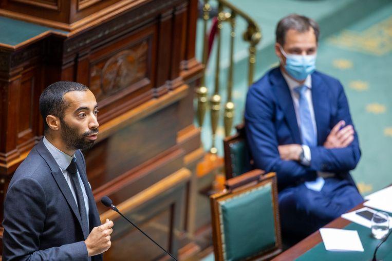 Bevoegd staatssecretaris Sammy Mahdi (CD&V) naast premier Alexander De Croo (Open Vld) in de Kamer. Beeld BELGA