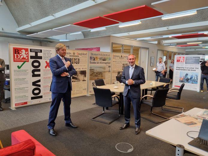 De koning en hoofdredacteur Lucas van Houtert op de redactievloer.