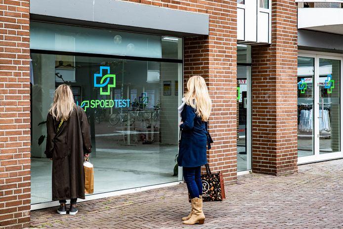 """Deventer heeft sinds deze week een Spoedtest-winkel. Het ziet er nog wel een beetje leeg uit. ,,Kun je hier testen?'',  vragen twee winkelende dames zich af. ,,Waarom dan?"""""""