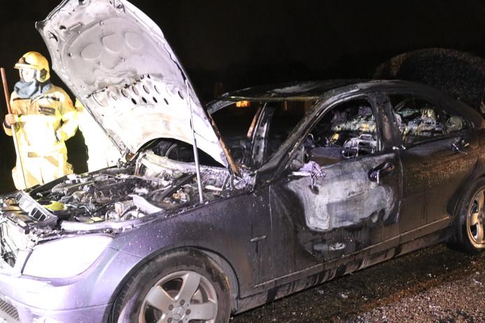De auto vloog door onbekende oorzaak in brand op de dijk.