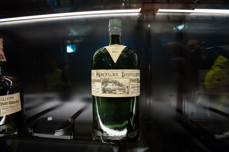 Een fles uit 1861. Bij The Macallan stoken ze al eeuwenlang whisky. Beeld VOLGT