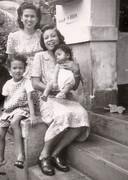 Cary Beer op Java met z'n moeder staand achter 'm