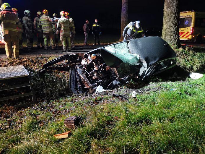 De auto raakte beschadigd door de botsing tegen een boom.