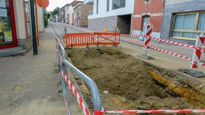 Koldamstraat al week eenrichting door twee waterlekken