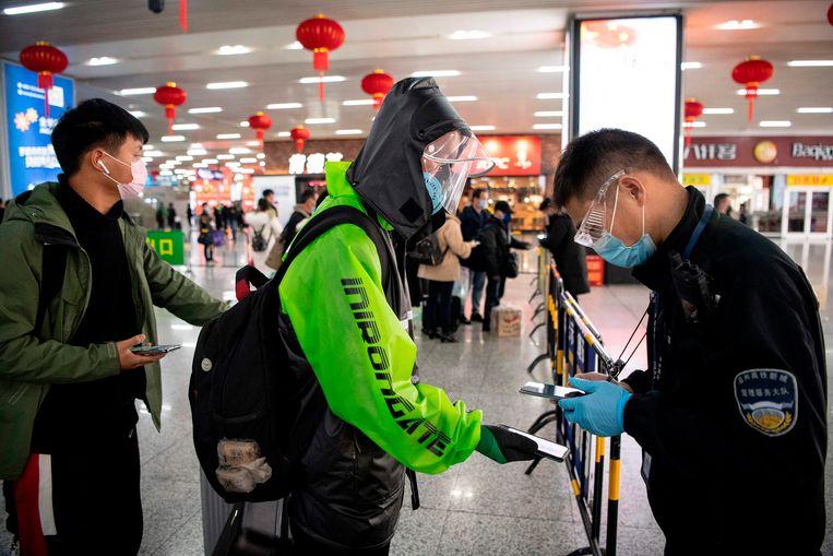 Eerst een groene code laten zien, dan pas naar binnen. In Wenzhou kunnen mensen dankzij een app weer min of meer vrij bewegen.   Beeld Noel Celis/AFP