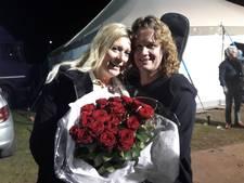 Piratenromantiek: Zangeres Belinda midden op podium ten huwelijk gevraagd