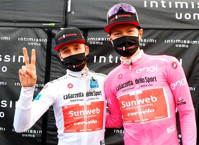 Hindley (l) naast ploeggenoot Kelderman, de nieuwe leider in de Giro.