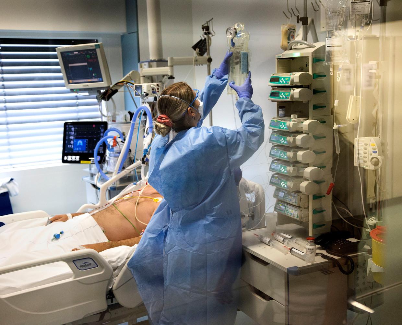 Een coronapatiënt wordt behandeld op de intensive care van het Elisabeth Tweesteden Ziekenhuis in Tilburg.  Beeld Arie Kievit