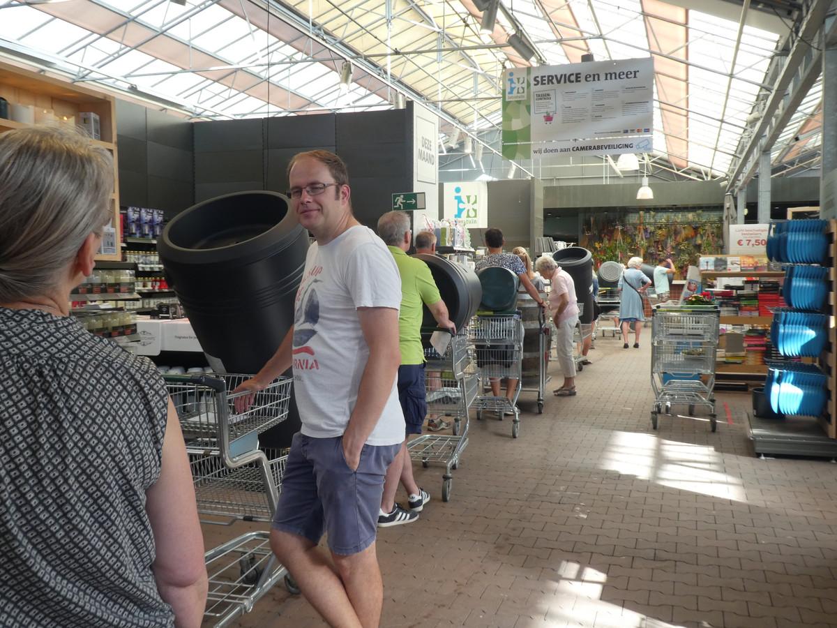 Klanten staan in de rij in het tuincentrum om met subsidie een regenton aan te schaffen.
