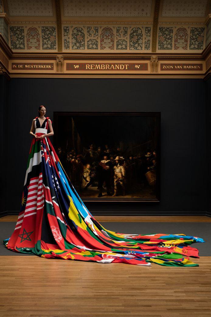 The Amsterdam Rainbow Dress . Foto 'met dank aan het Rijksmuseum'.
