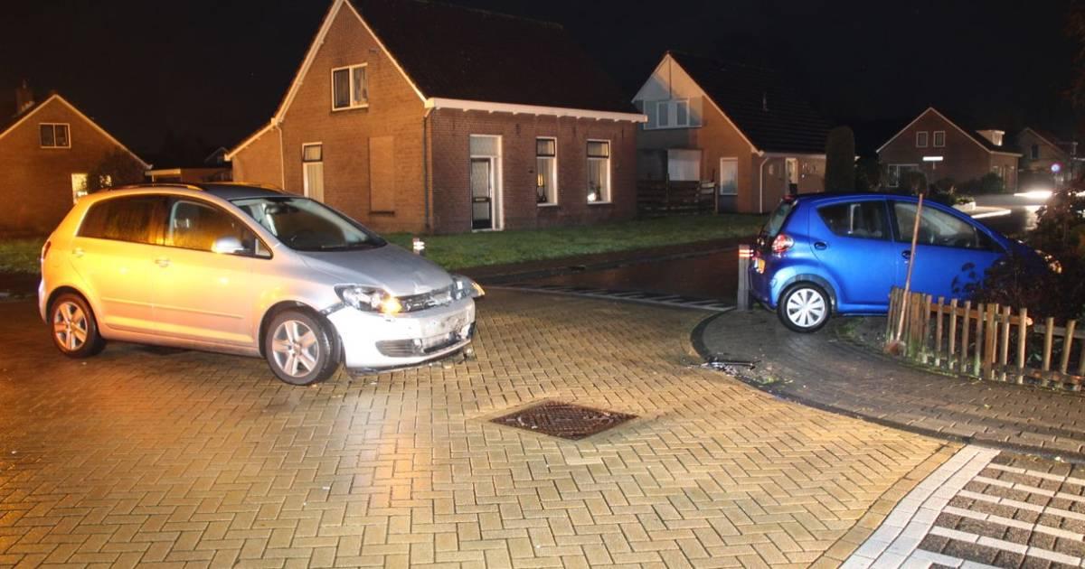 Automobilist rijdt met auto voortuin in na botsing in Lemelerveld.