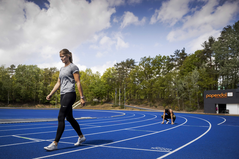 Dafne Schippers en Naomi Sedney trainen tijdens de heropening van sportcentrum Papendal. Een selecte groep individuele topsporters is weer welkom.