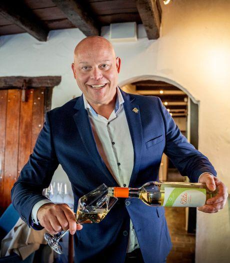 Kromme Dissel-sommelier maakt 'gevaarlijke' wijn: 'Je hebt namelijk meteen zin in nog een glas'