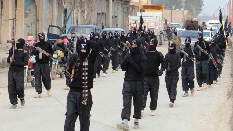 Optocht van strijders van de Islamitische Staat van Irak en Syrië in de Syrische stad Tel Abyad Beeld REUTERS