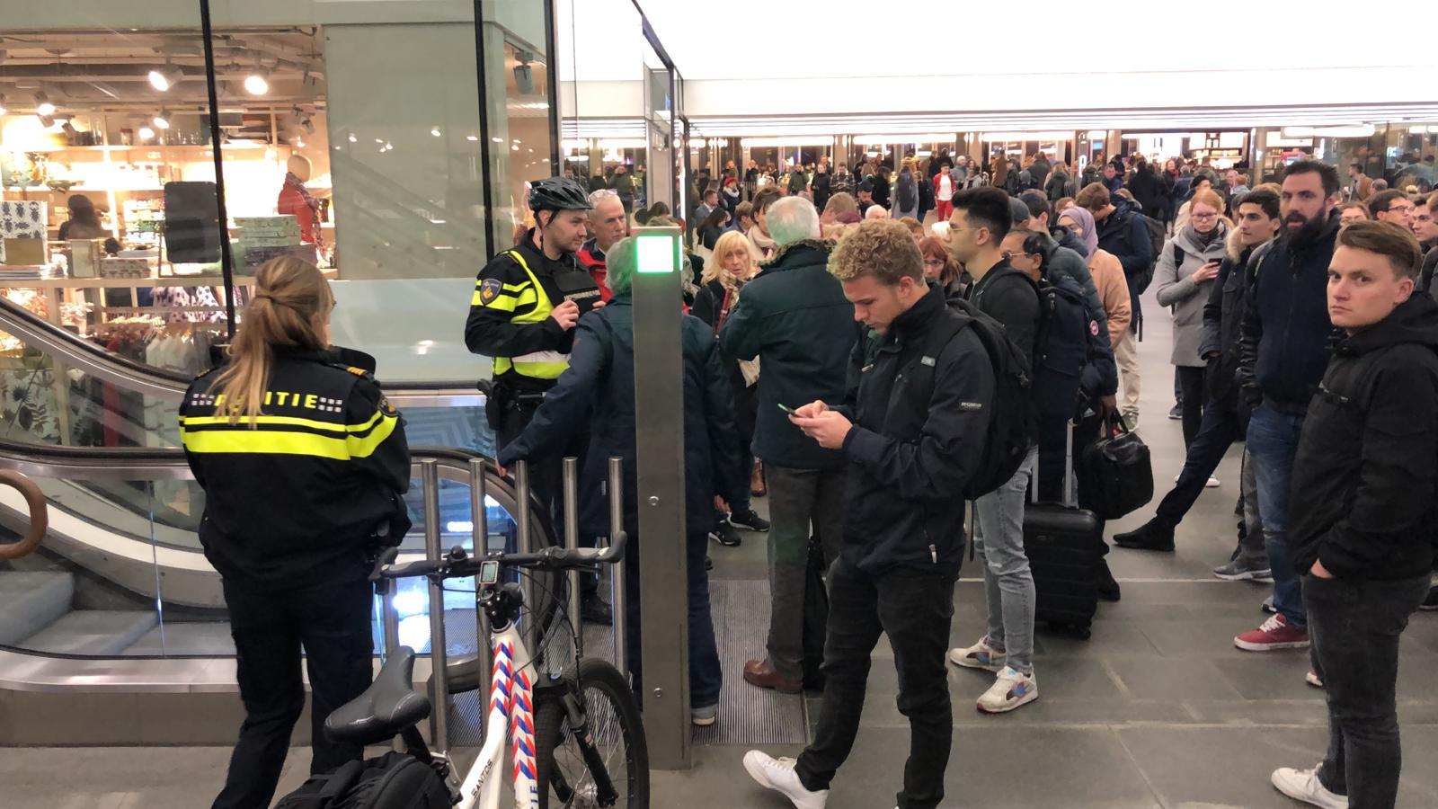 Reizigers worden in de passage tegengehouden door de politie.