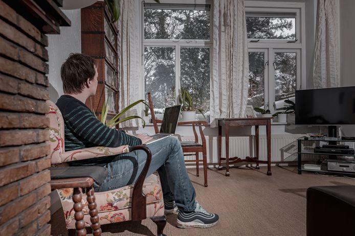 De 21-jarige student Lucas studeert in Utrecht. Hij kreeg door het gebrek aan contact tijdens de coronapandemie last van paniekaanvallen en huilbuien.