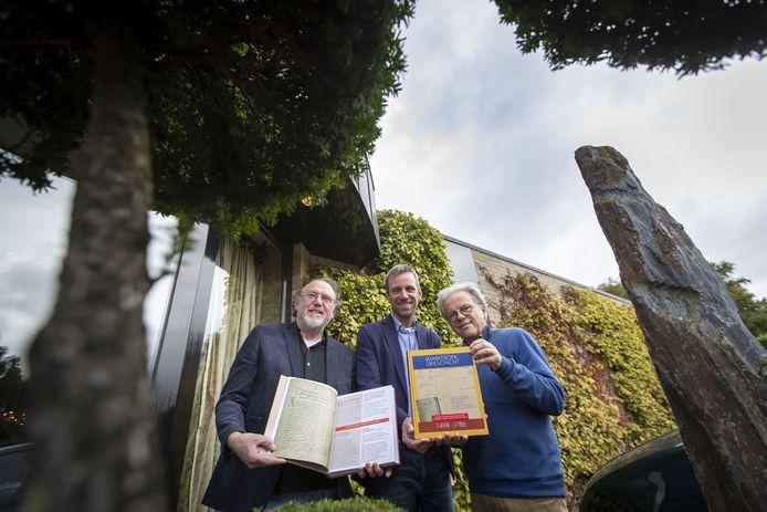 Presentatie van het historische naslagwerk Markeboek Drieschicht, over de oude markten Mander, Vasse en Geesteren, mede gemaakt door Ap Aalbers, Harm Smeenge en Henk Koop.
