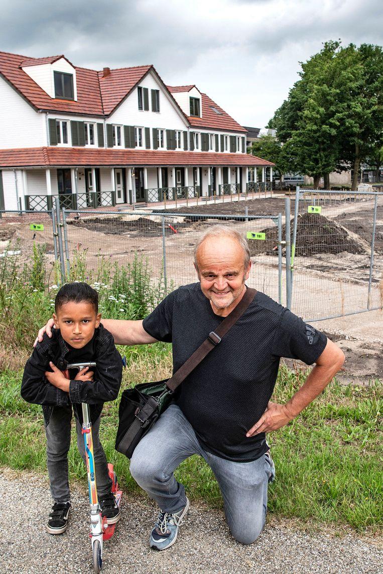 Fotograaf Guus Dubbelman met kleinzoon Ayden. Beeld