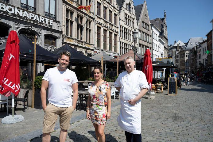Dimitri van Bonaparte, Tamara van Ovamo en Stefano van Sabatino wensen dat de stad langer partytenten toelaat. Kua van Le Parisien en David van Bar Patron konden niet mee op de foto, maar steunen de oproep.