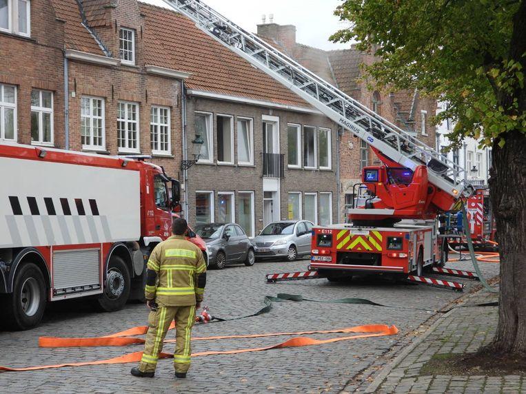 De brandweer in de Potterierei. Er komt heel wat rook uit de flat.