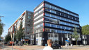 Ontwikkelaar Van Pelt wil het kantoorgebouw aan de Singel 271 transformeren tot woningen. De balkons aan de Johan de Wittstraat liggen straks naast de zijramen van de flats in die straat.