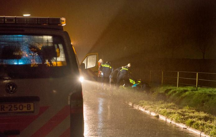 De man is door ambulancepersoneel en enkele agenten uit de sloot getild in Oud-Vossemeer