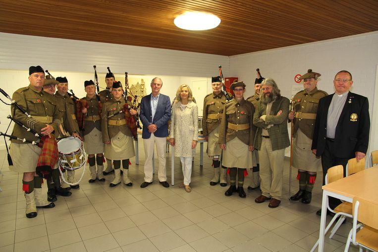 Lord Astor (met blauwe vest) en zijn vrouw kwamen naar Zonnebeke voor de plechtigheid.