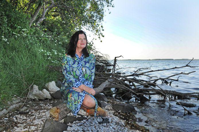 Wilma Vervoort aan het kleine strandje bij Bruinisse vlakbij het huis waarop ze nu tijdelijk past.