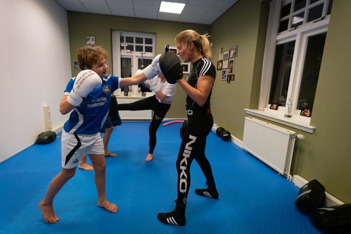 Krista fleming geeft kickbokstherapie aan jongeren.