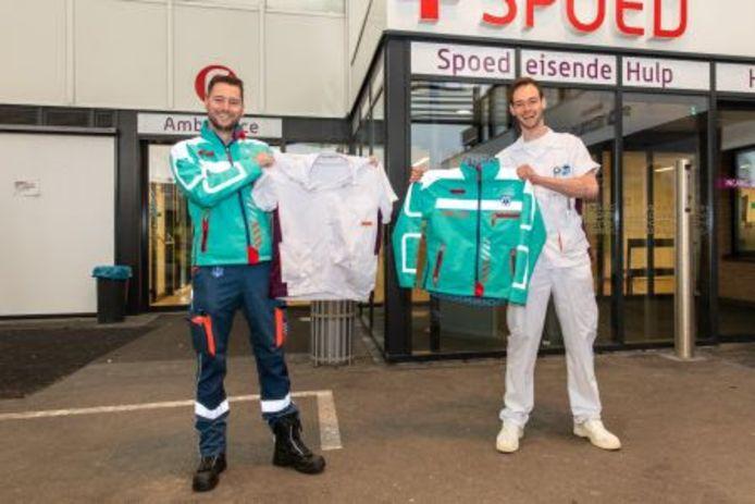 Ambulanceverpleegkundige Robin Heijgen (links) en bachelor medische hulpverlening Melvin Nietveld met hun geruilde tenue.