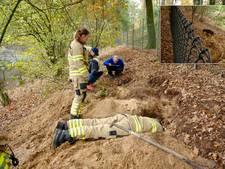Teckel Knoet speelt verstoppertje met brandweer in konijnenhol