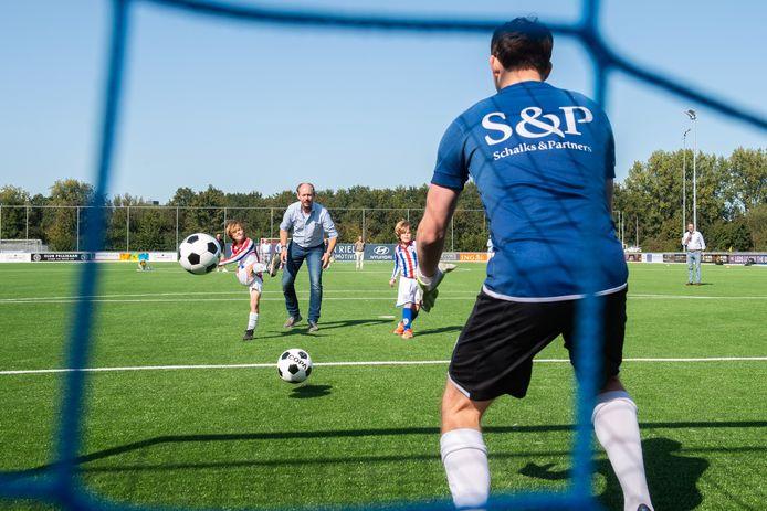 De ingebruikname van het  nieuwe kunsgrasveld van Jeka. Guus en Daan mogen een bal op de doelman van Jeka afvuren, samen met wethouder Daan Quaars.