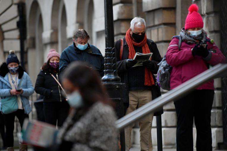 Mensen in Londen in de rij om zich te laten vaccineren. Beeld REUTERS