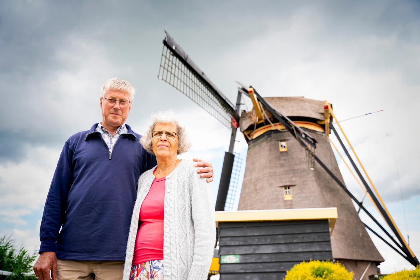 Johan en Corrie Barten voor hun Goudriaanse molen zonder wiek.
