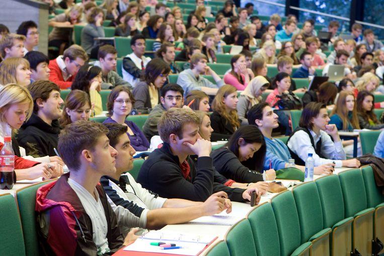 Studenten in een collegezaal van de Erasmus Universiteit, voor de corona-uitbraak. Over de hele linie zijn Nederlandse vrouwen de laatste jaren hoger opgeleid dan mannen. Beeld ANP