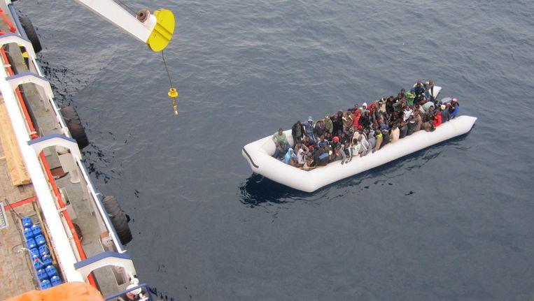 Een boot met vluchtelingen, gered door een Duitse firma. Beeld EPA