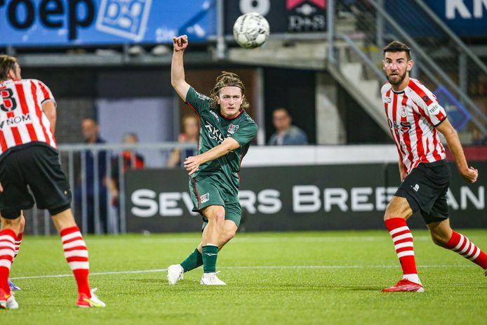 Ali Akman schiet op doel tijdens de wedstrijd tussen Sparta Rotterdam en NEC.