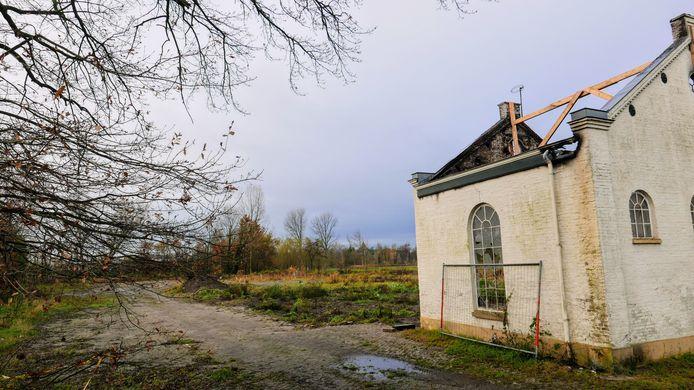 Beelden van het uitgebrande complex aan de Eindhovenseweg in Boxtel, ooit gebouwd als stoomwasserij. Achter het complex komt een nieuw woonwijkje: De Hobbendonk.