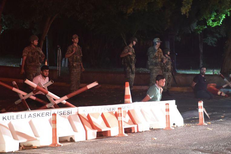Turkse politieagenten worden vastgehouden door het Turkse leger. Beeld AFP