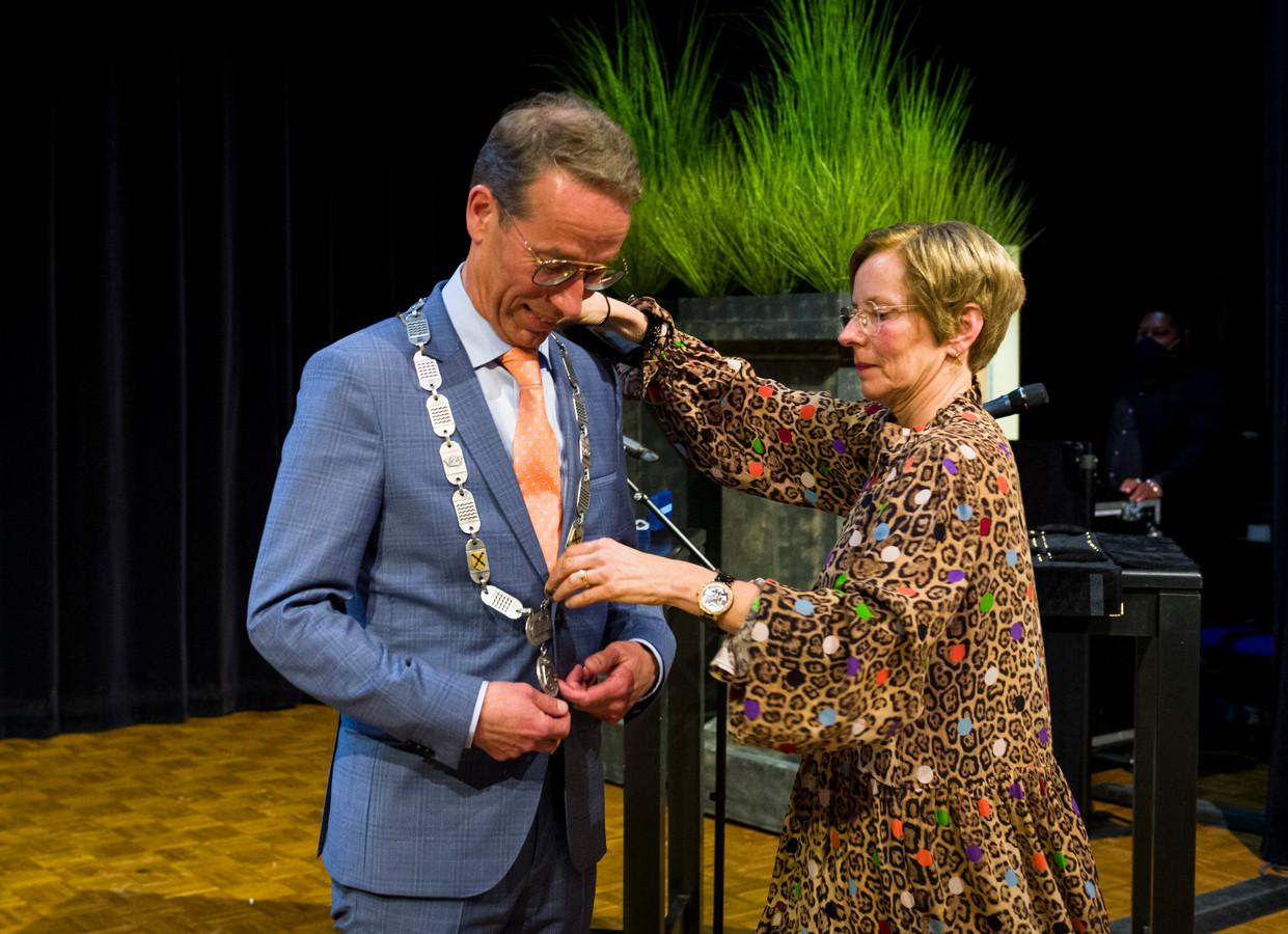 Vanwege corona kreeg Jan de Vries de nieuwe ambtsketen van Sliedrecht omgehangen door zijn vrouw Anja