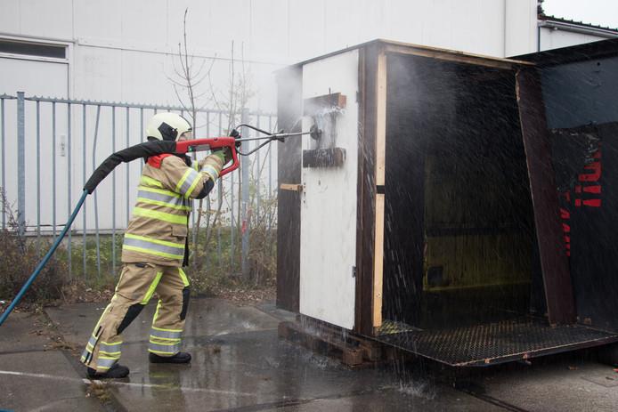 Brandweer Nieuwegein-Zuid demonstreert de Coldcut Cobra.