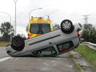 Auto over kop op klaverblad: bestuurder licht gewond